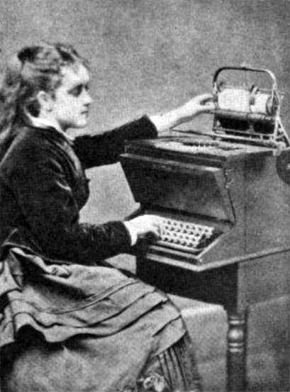 La hija de Christopher L. Sholes usando la máquina creada por su padre con la colaboración de Carlos Glidden