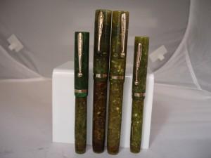 Estilográficas de los años veinte correspondientes a la serie Lifetime flat top. Vienen rematadas en el nuevo celuloide radite en tonalidad jade verde, un plástico propenso a la decoloración y las variaciones de color