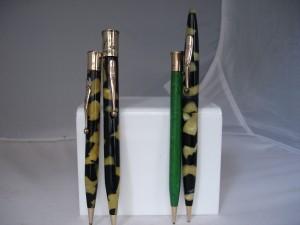 Portaminas en celuloide radite negro perla y verde jade con el clip y la cubierta del top bañados en oro