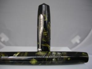 Un modelo Prosperity, una segunda marca de Sheaffer, acabado en negro y verde marmolizado con los detalles en metal niquelado