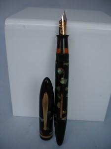 Uno de los modelos más llamativos de la serie Balance fue el Abalone, acabado en celuloide negro con inserciones de madreperla y, en esta fotografía, equipado con el nuevo clip radius, más anguloso y corto y con la bola aplanada