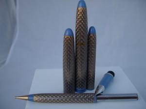 Seductor conjunto de la línea Lady Sheaffer formado por una estilográfica de cartuchos con plumín de acero y un lapicero acabados en plástico azul pastel y ornamentados con una rejilla romboidal bañada en oro