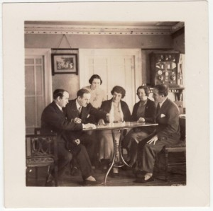 La familia Victorero en su casa de Lastres jugando una partida de 'Regata de Balandros'. Fuente: Memoria Digital. Gobierno del Principado de Asturias