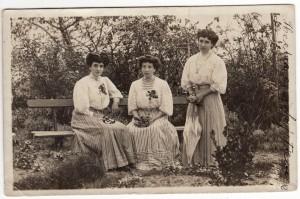 Las hermanas Genoveva, Elvira y Concha Victorero retratadas en septiembre de 1918. Fuente: Memoria Digital de Asturias