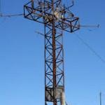 Cruz de hierro instalada en el pico Pienzu. Fuente: www.senderismoynatura.blogspot.com