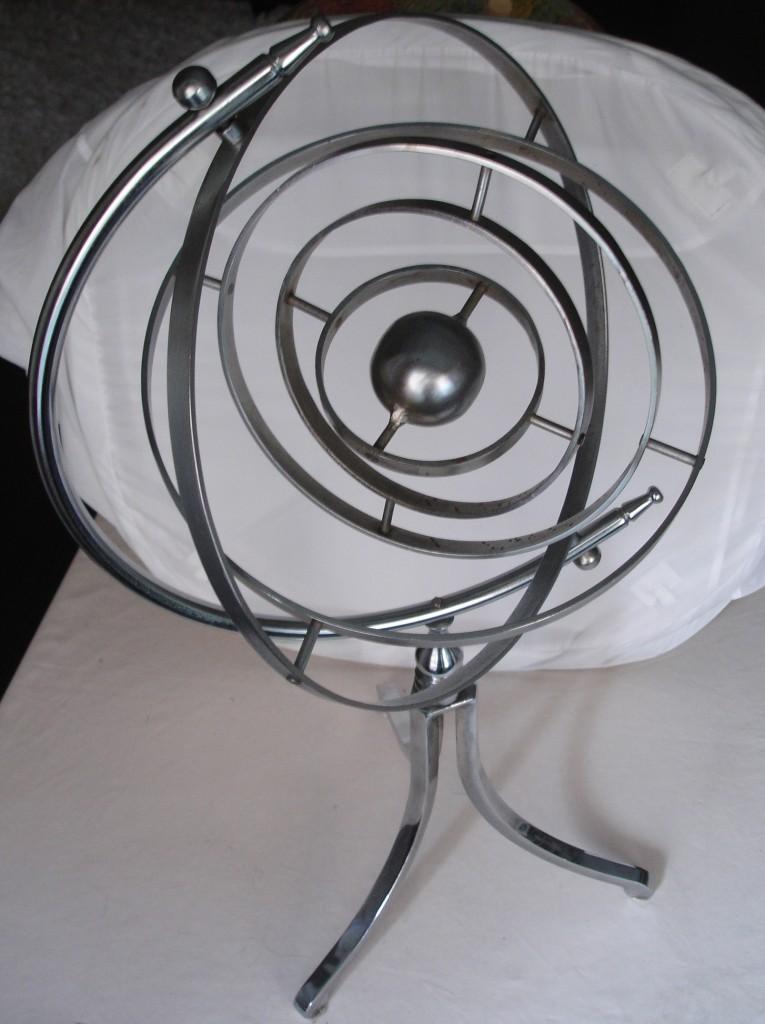Astrolabio metálico fabricado en España a mediados del siglo XX