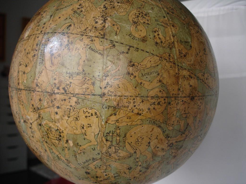 Detalle de un globo celeste de finales del siglo XIX realizado por la marca española Faustino Paluzíe