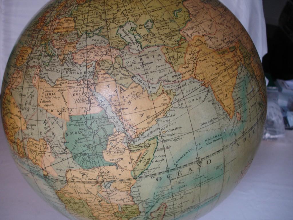 Globo terráqueo con cuerpo de escayola y mapas de papel fabricado en torno a los años cuarenta del pasado siglo por la empresa gerundense Dalmáu Carles