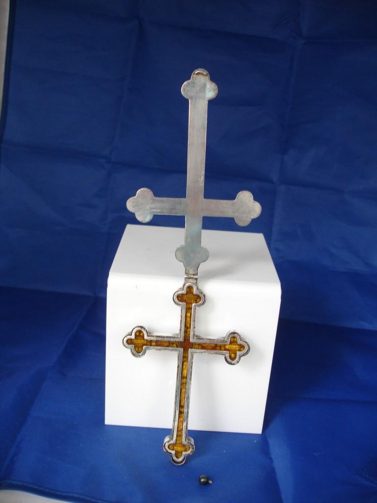 Cruz relicario realizada en alpaca blanca entre finales del XIX y principios del siglo XX