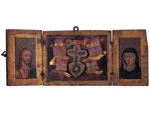 Relicario del lignum crucis del siglo XVI. Tríptico de viaje acabado en madera dorada y adornado con miniaturas pintadas, tejidos y elementos metálicos. Fuente: Museo Etnográfico de Castilla y León