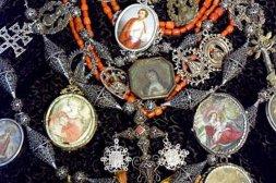 Los relicarios son adoptados por las clases populares que los lucen en sus vestimentas acompañados de medallas, amuletos y otros elementos. Fuente: www.elnortedecastilla.es