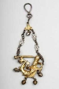 Colgante sonajero del XVIII con forma de sirena acabado en plata y metal dorado. Fuente: http://ceres.mcu.es