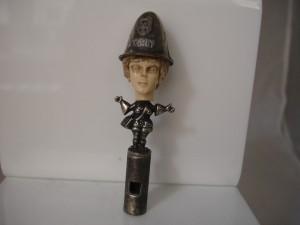 Silbato de procedencia británica rematado en plata y con la cabeza trabajada en marfil