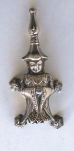 Sonajero con personaje oriental rematado por un silbato. Cuatro campanitas cuelgan de sus laterales. Siglo XIX. Fuente: http://ceres.mcu.es
