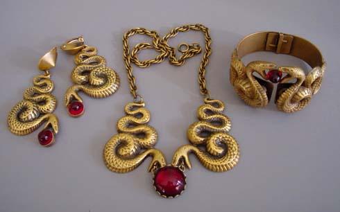 Conjunto de collar, brazalete y pendientes diseñado por Joseff. Fuente: www.morninggloryjewelry.com