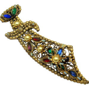 Broche con forma de puñal elaborado con metal dorado y piedras multicolor que se enmarca dentro de la serie de 'El Ladrón de Bagdad'. Fuente: www.rubylane.com