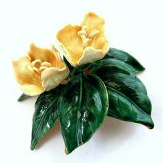 Broche esmaltado y floral de Sandor. Fuente: www.pinterest.com