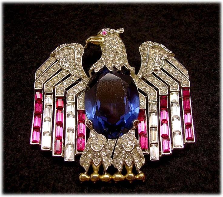 Pin patriótico de Trifari. Fuente: www.pinterest.com