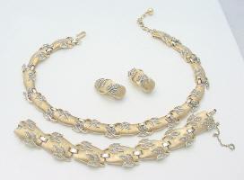 Juego de la famosa casa Trifari compuesto de collar, pulsera y pendientes. Fuente: www.jacksonjewels.com