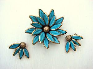 Juego de broche y pendientes con forma de flor y esmalte de color firmados por la casa Trifari. Fuente: www.onlinejewelryclass.biz