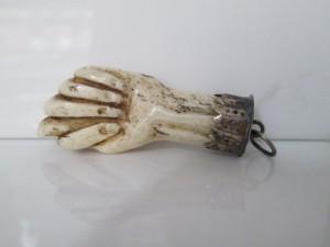 Trabajo pastoril. Figa realizada en hueso, con casquillo de plata cincelada y anilla de suspensión