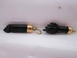 Pareja de higas modernas realizadas en azabache y oro