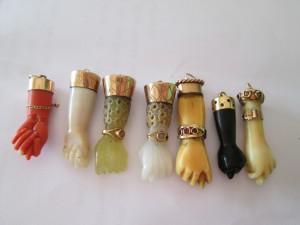 Juego de higas españolas realizadas con diferentes materiales como azabache, coral rojo y blanco, hueso, marfil, jade y ágata