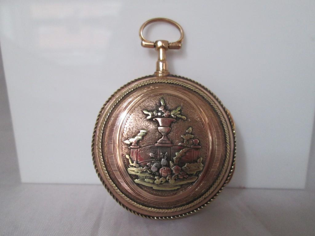 Las cajas de estos relojes se ornamenta ricamente. En este caso, el motivo arquitectónico se elabora con plata y oro amarillo y rosa buscando el máximo realce de la pieza