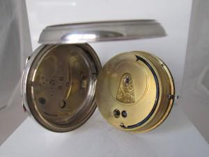 Movimiento de un reloj fusee protegido por tapa guardapolvos