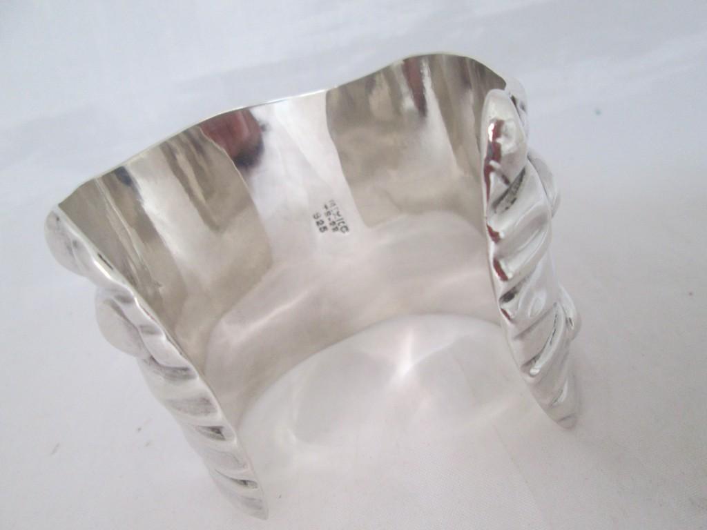 Punzón en un brazalete de plata mexicana