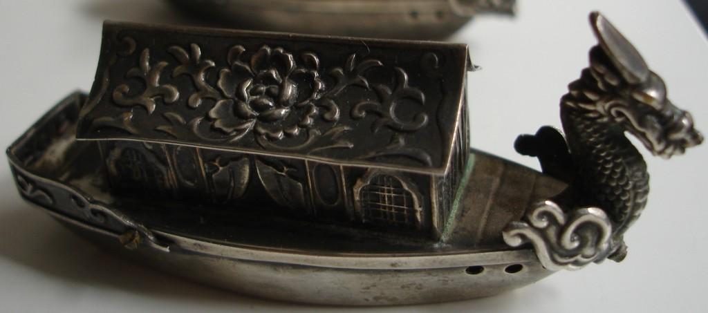Salero de origen japonés realizado en plata de ley y contrastado con la leyenda 'Japan Sterling'