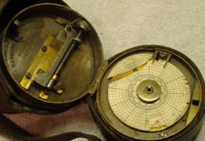 Sistema mecánico de registro dentro de la caja en un reloj de sereno