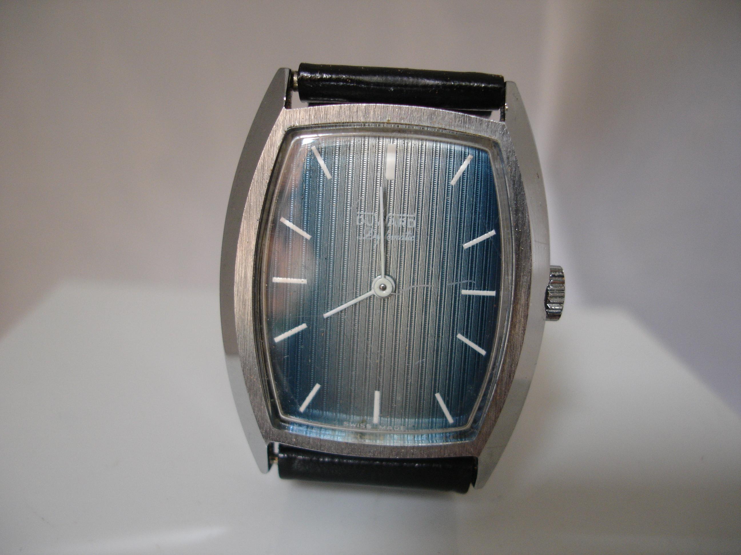 Elegante modelo de la serie Diplomatic equipado con movimiento de cuerda  manual. Hablar de los relojes Duward ... 82492e597e6d